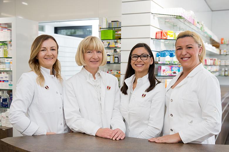 Gruppenfoto von Pharmazeutinnen und PKA´s der Christinen Apotheke mit Konzessionärin Mag Wimmer
